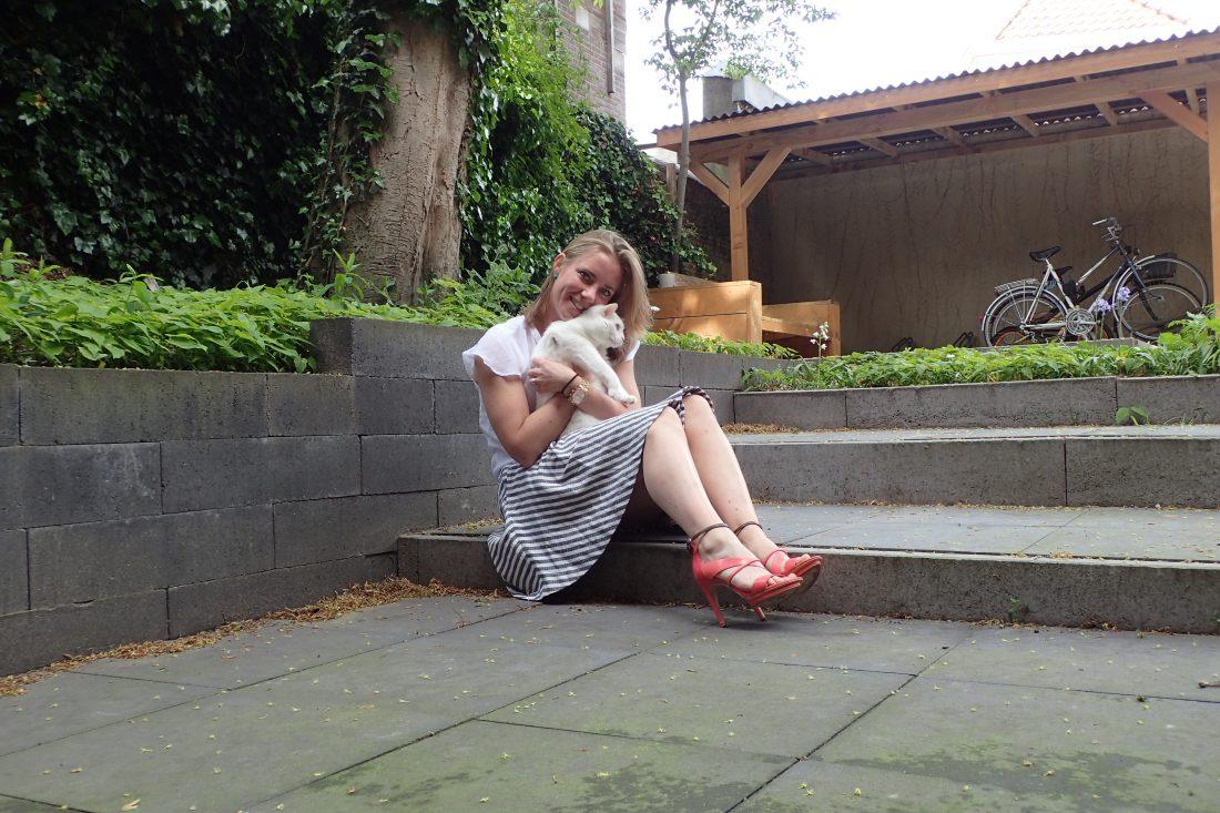 Teleurstelling wanderlotje knuffelen met de kat