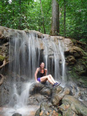Douchen in een waterval in Khao Sok National park
