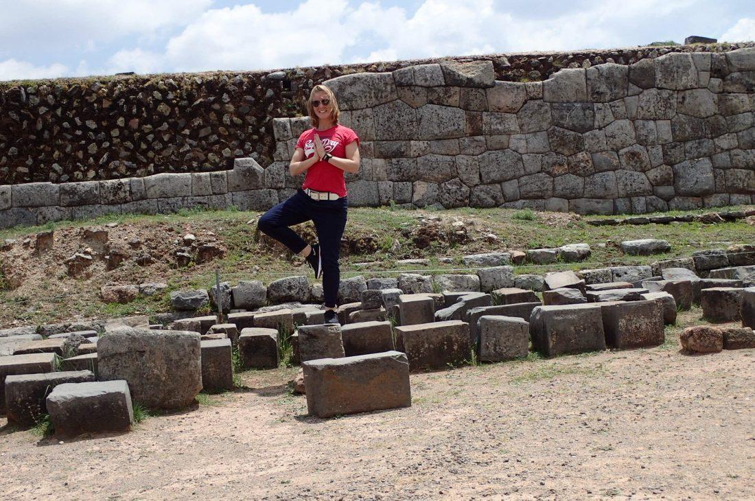Buiten spelen tussen de inca ruines