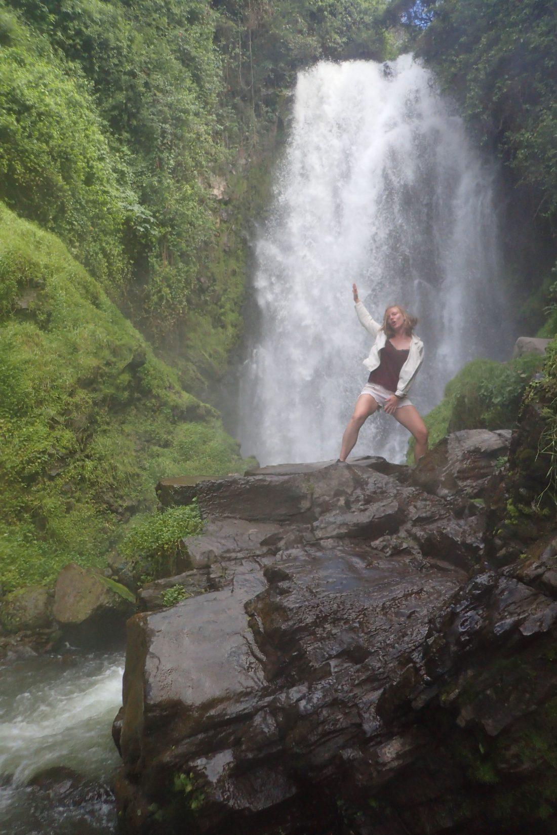 Douchen in een waterval is nog steeds the best - Peguche waterval - Otovalo - wanderlotje