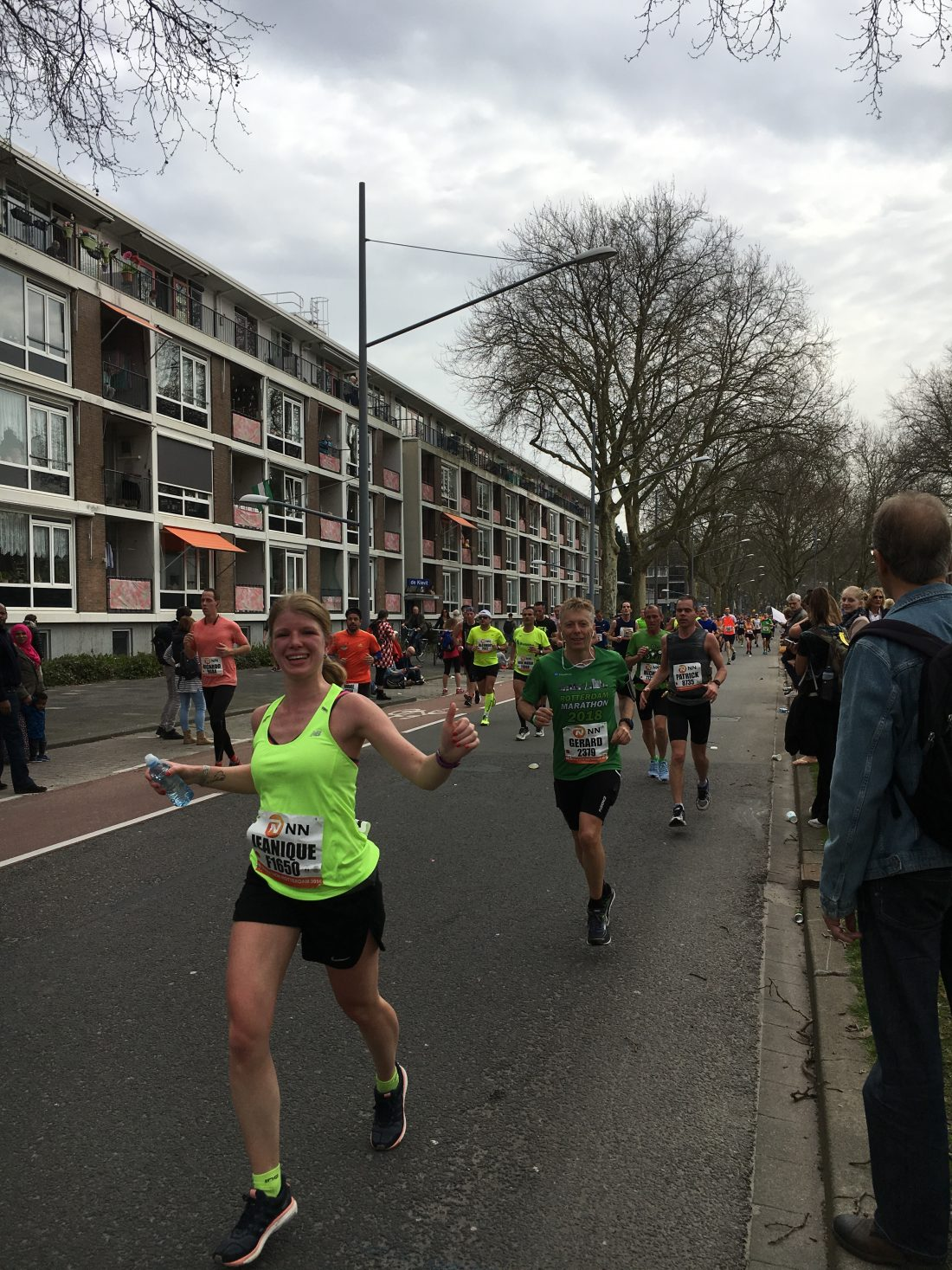 Running girl jeanique op km 14 - marathon rotterdam -gelpoes
